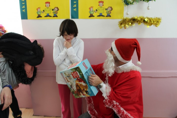 "Children from Aleksinac received New Year's presents thanks to action  ""Hand over gifts, bring everyone bliss"""
